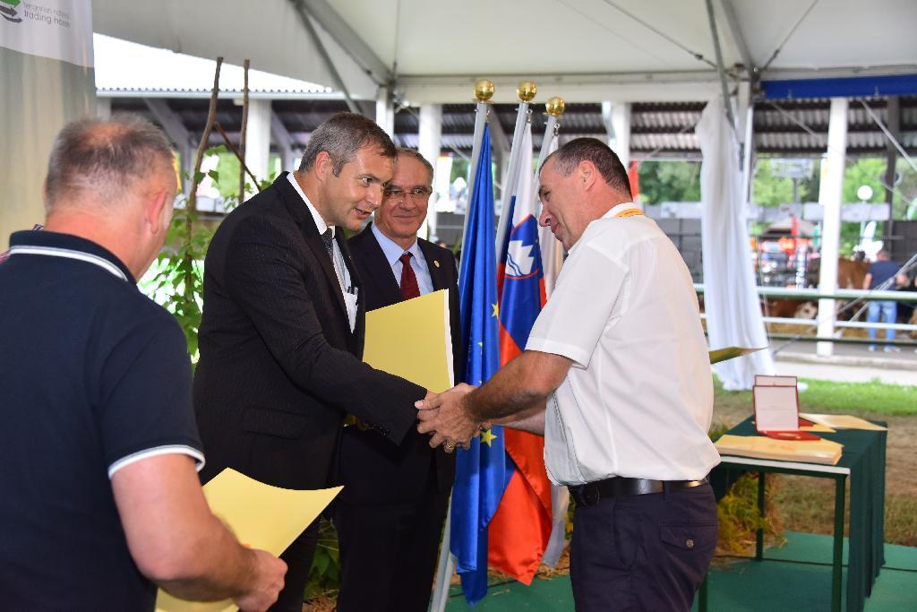Minister Židan predaja nagrado